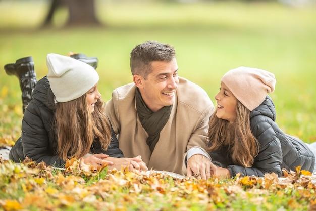 Père filles temps à l'extérieur un jour d'automne.