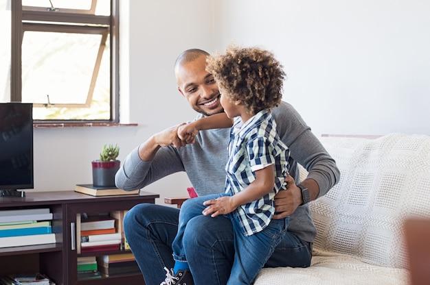Père et fils africains jouant