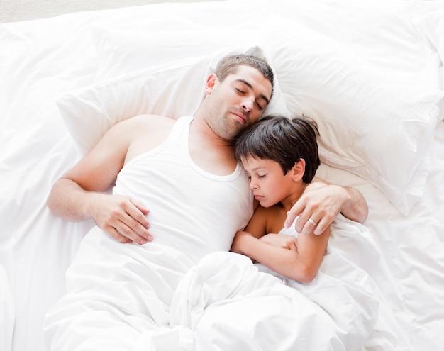 Père et fils allongé sur le lit et dormir