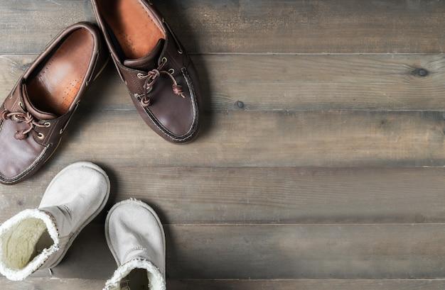 Père et fils bottes en cuir marron chaussures sur une surface en bois