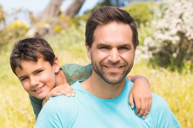 Père et fils à la campagne