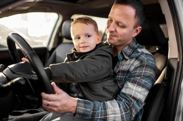 Père et fils conduisant ensemble