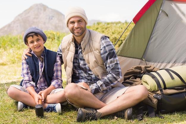 Père et fils à côté de leur tente