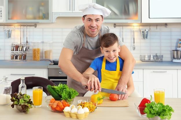 Père et fils cuisinant ensemble dans la cuisine