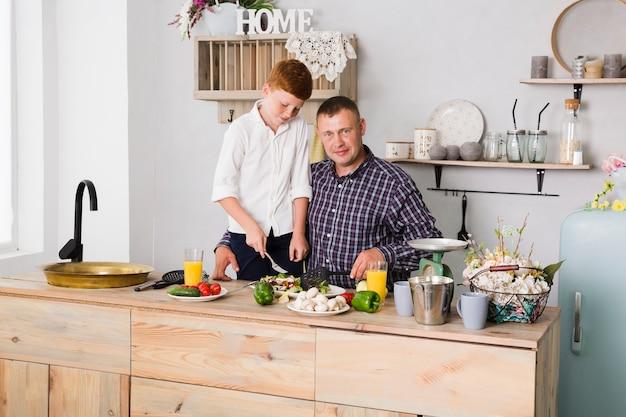 Père et fils cuisinent ensemble