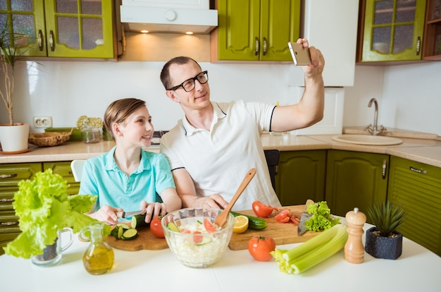 Père et fils cuisiner ensemble dans la cuisine
