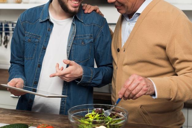 Père et fils dans la cuisine
