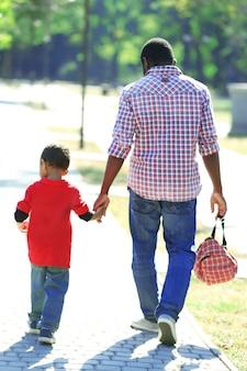 Père et fils dans le parc