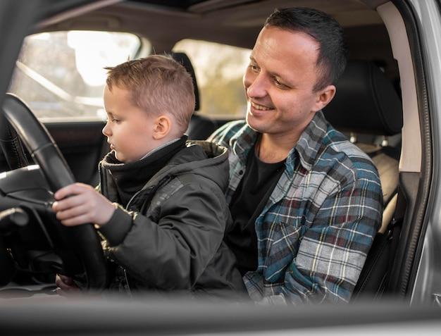 Père et fils dans la voiture
