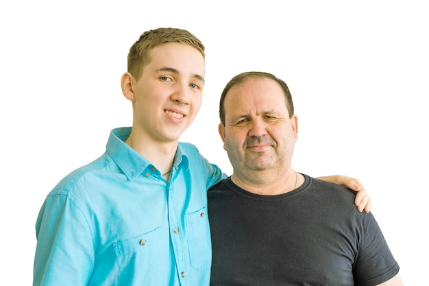 Père et fils, debout avec leurs bras l'un autour de l'autre et regardant la caméra