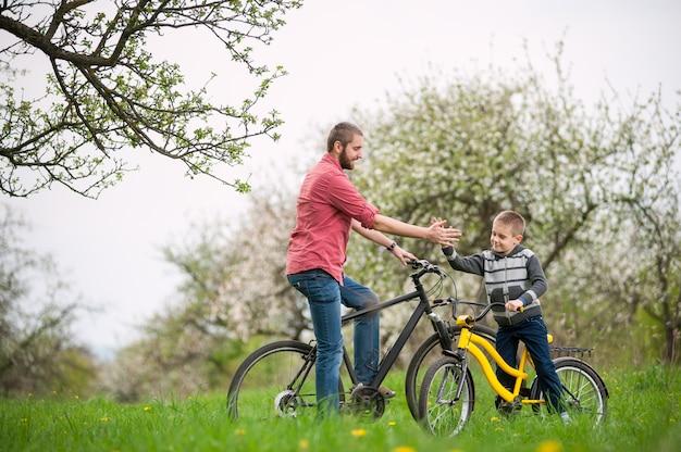 Père et fils donnent cinq ans