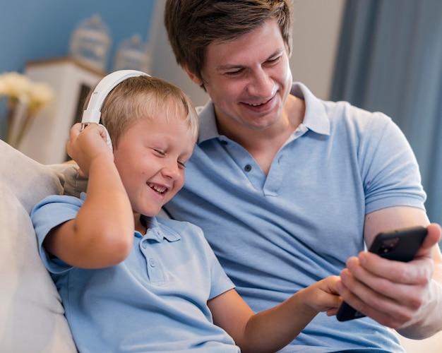 Père et fils écoutant de la musique ensemble