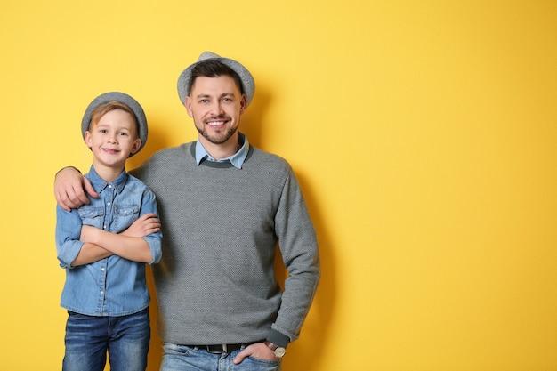 Père et fils élégants sur jaune