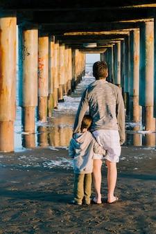 Père et fils ensemble à l'extérieur