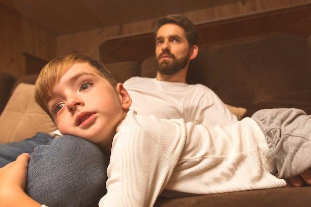 Le père et le fils étaient allongés sur le canapé