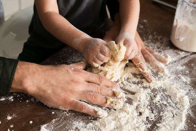 Père et fils faisant la pâte