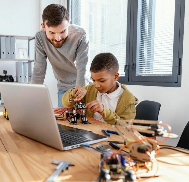 Père Et Fils Faisant Un Robot Photo gratuit