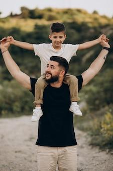 Père avec fils en forêt