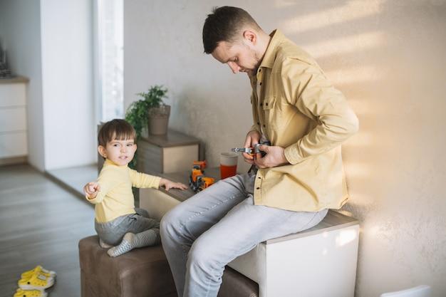 Père et fils habillés exactement de la même façon