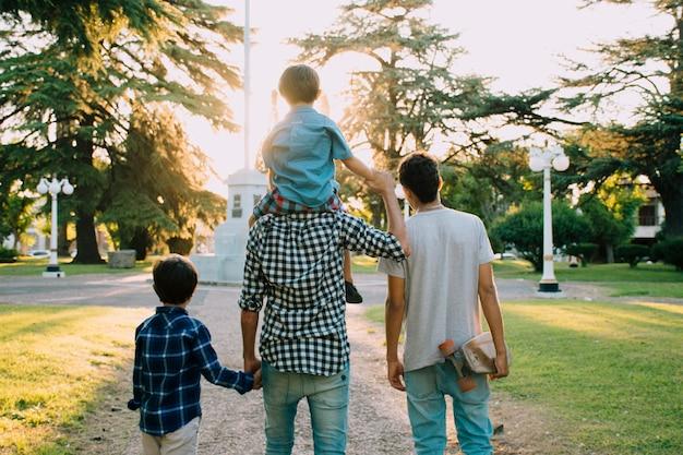 Père et fils heureux le jour de la fête des pères