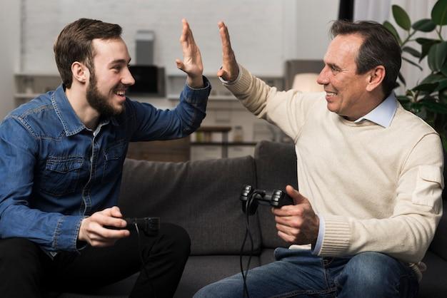 Père et fils high fiving