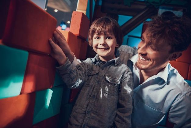 Père et fils jouant avec des blocs de construction souples