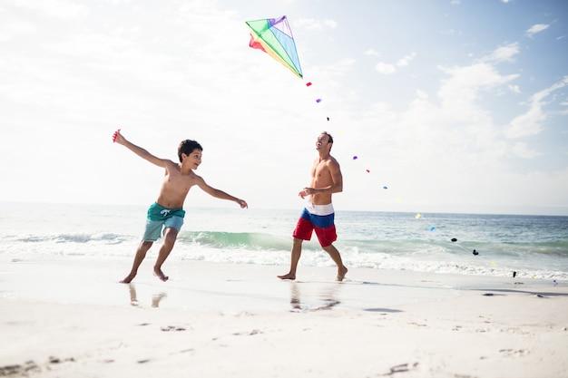 Père et fils jouant avec le cerf-volant