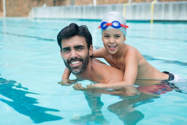 Père et fils jouant dans la piscine