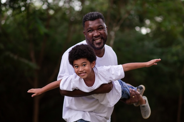 Père et fils jouant dehors dans le parc
