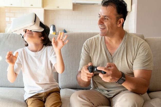 Père et fils jouant à un jeu de réalité virtuelle
