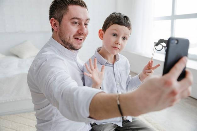 Père Et Fils Jouent Ensemble à La Fête Des Pères Photo gratuit