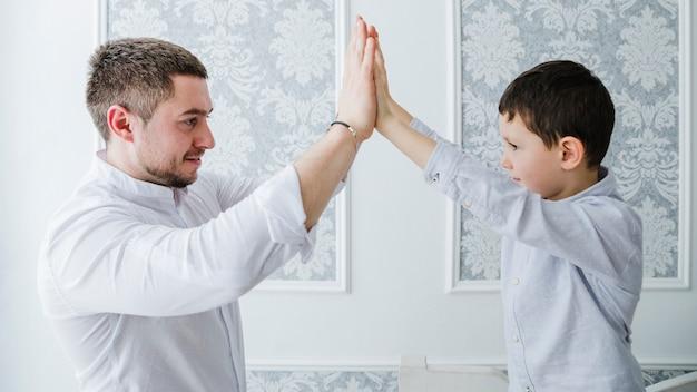 Père et fils jouent ensemble à la fête des pères