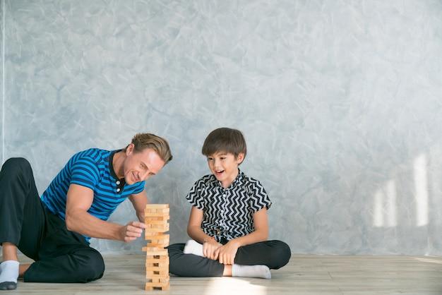 Père et fils jouent le jeu. eh bien, heureux ensemble.