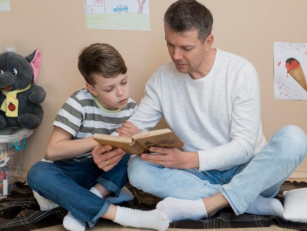 Père fils, lecture livre, ensemble