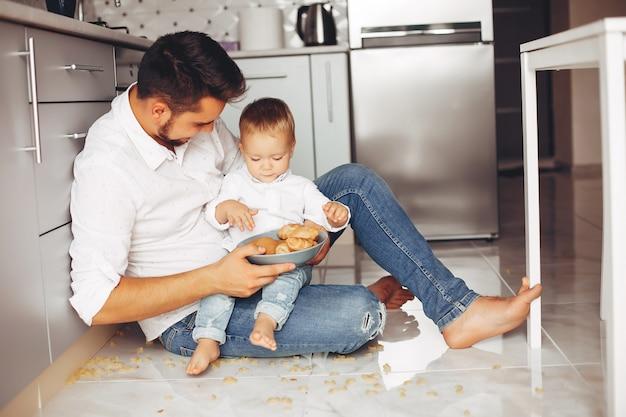Père avec fils à la maison