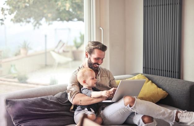 Père et fils avec ordinateur portable