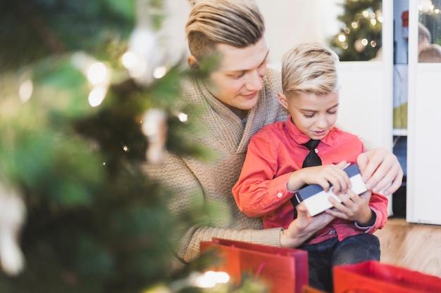Père et fils ouvrant des cadeaux