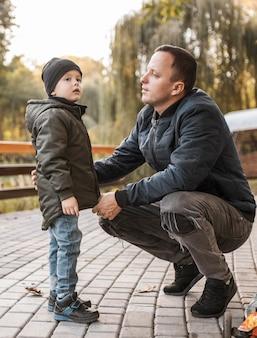 Père et fils parlant à l'extérieur