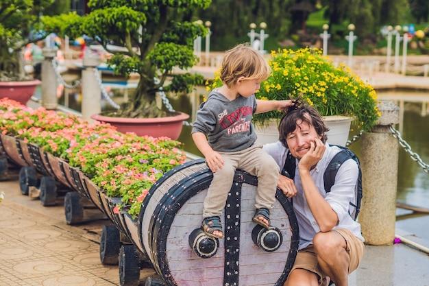 Père et fils et un parterre de fleurs sous la forme d'une locomotive