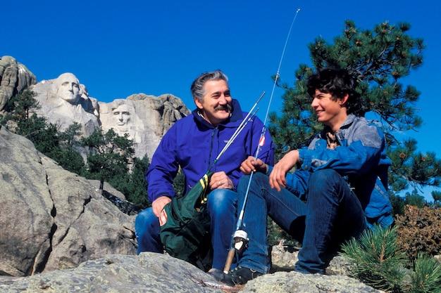 Père et fils pêchant, le mont. rushmore, dakota du sud
