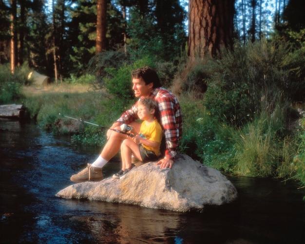 Père et fils pêchant la rivière metolius en oregon