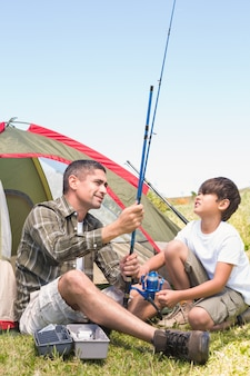 Père et fils près de leur tente