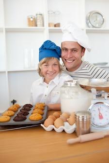 Père et fils présentant leurs muffins