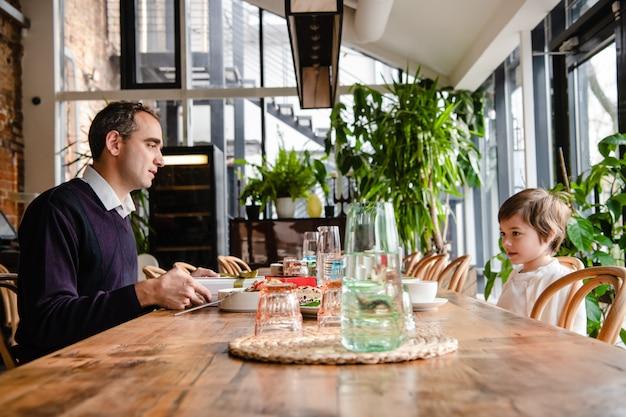 Père et fils, profiter du temps ensemble dans un café
