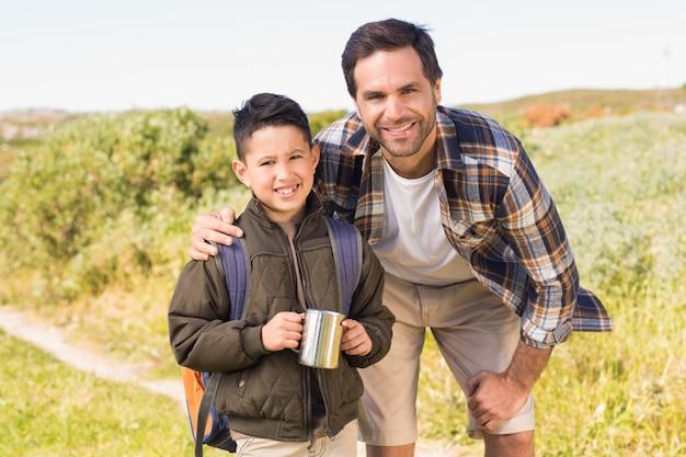 Père et fils, randonnée dans les montagnes