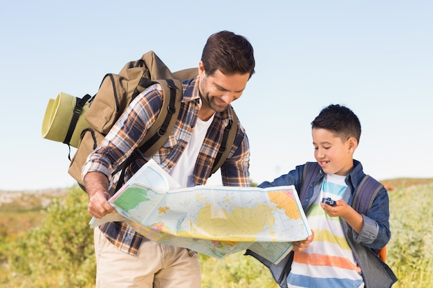 Père et fils en randonnée ensemble