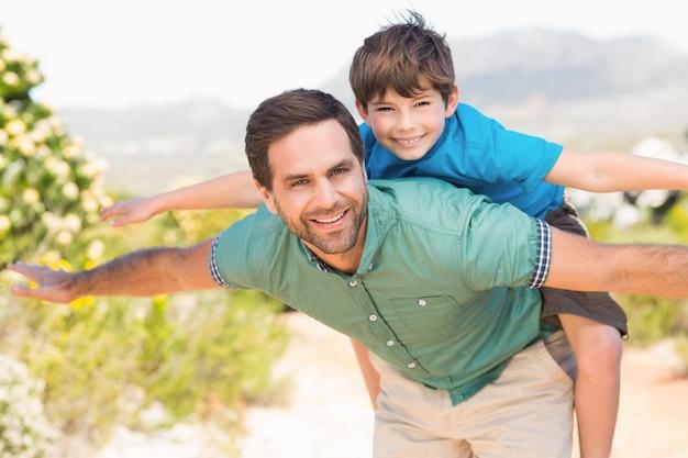 Père et fils, randonnée à travers les montagnes