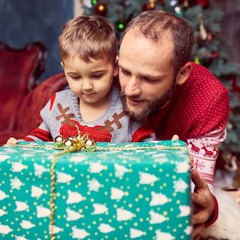 Le père avec fils regardant présent