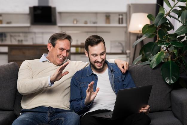 Père fils, regarder, ordinateur portable