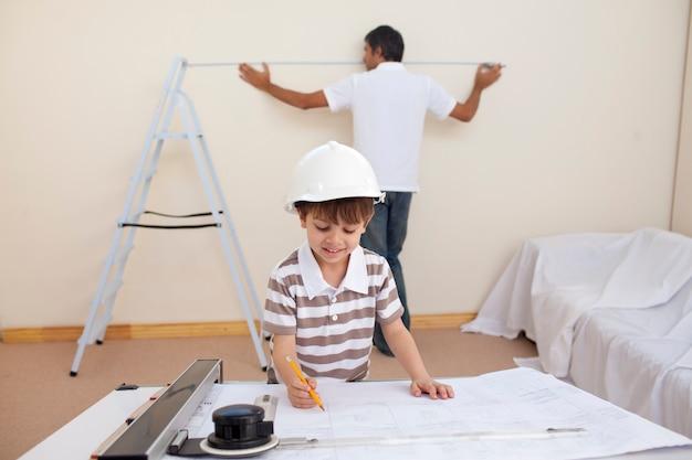 Père et fils rénovant leur maison